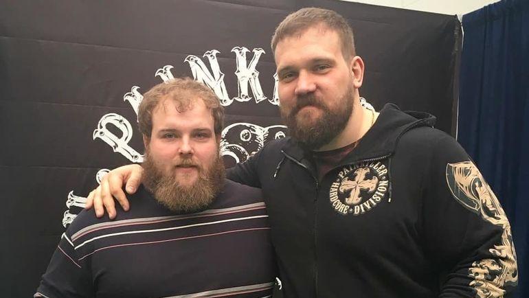 Василий Камоцкий (слева) и легенда пауэрлифтинга Кирилл Сарычев. Фото instagram.com
