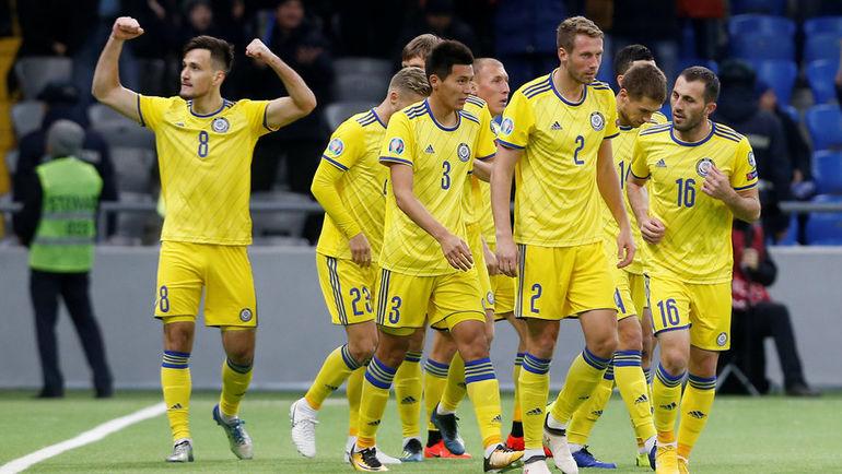 21 марта. Астана. Казахстан - Шотландия - 3:0. Футболисты казахской сборной празднуют забитый мяч. Фото Reuters