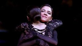 22 марта. Сайтама. Алина Загитова (спиной) и Евгения Медведева.