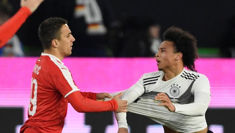 20 марта. Вольфсбург. Германия - Сербия - 1:1. Немец Лерой Сане (справа) и серб Бранко Йовичич. Фото REUTERS