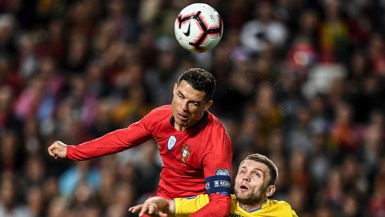 22 марта. Лиссабон. Португалия – Украина – 0:0. Криштиану Роналду (слева) и Александр Караваев. Фото AFP