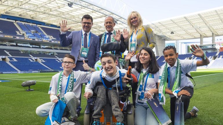 """Юные послы программы """"Футбол для дружбы"""" и представители Бразильской конфедерации футбола на стадионе Драгау."""