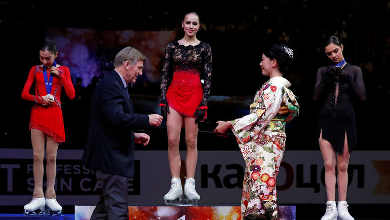 22 марта. Сайтама. Алина Загитова (в центре) и Евгения Медведева (справа) во время награждения. Фото REUTERS