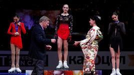 22 марта. Сайтама. Алина Загитова (в центре) и Евгения Медведева (справа) во время награждения.