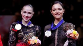 Алина Загитова и Евгения Медведева на подиуме чемпионата мира в Сайтаме.