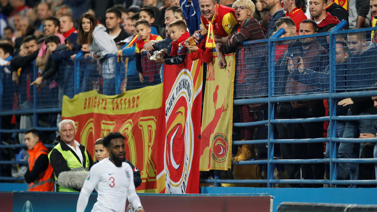25 марта. Подгорица. Черногория - Англия - 1:5. Защитнику Дэнни Роузу досталось от черногорских болельщиков. Фото Reuters