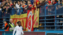 25 марта. Подгорица. Черногория - Англия - 1:5. Защитнику Дэнни Роузу досталось от черногорских болельщиков.