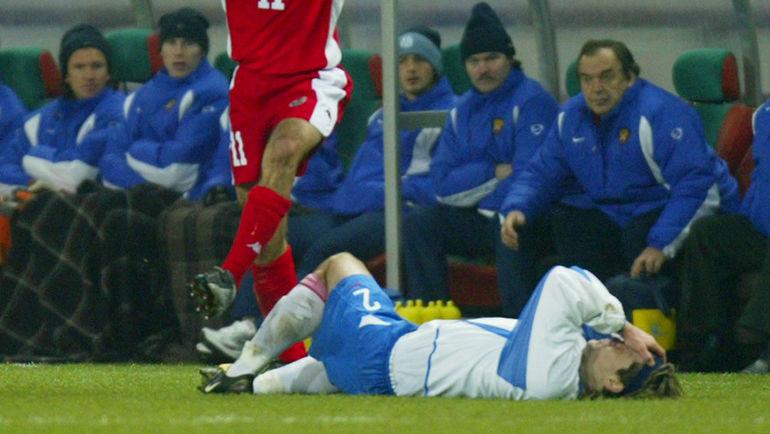 15 ноября 2004 года. Москва. Россия - Уэльс - 0:0. Вадим Евсеев после столкновения с Райаном Гиггзом. Фото Reuters
