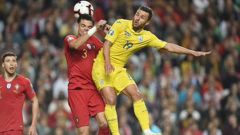 22 марта. Португалия - Украина - 0:0. Жуниор Мораес (справа) борется за мяч с Пепе. Фото Сайт ФФУ