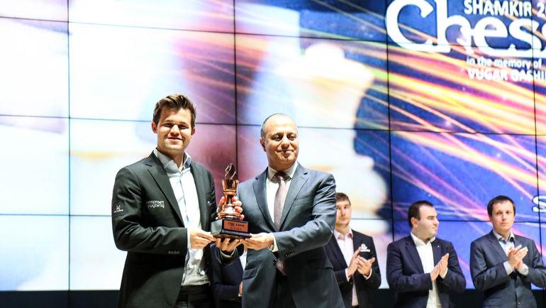 Магнус Карлсен и Маир Мамедов (справа).