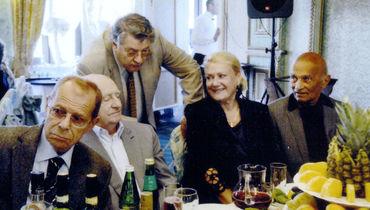 Застолье в дружеском кругу: Аркадий Арканов, Марк Захаров, Александр Ширвиндт, Елена и Анатолий Чайковские (слева направо).