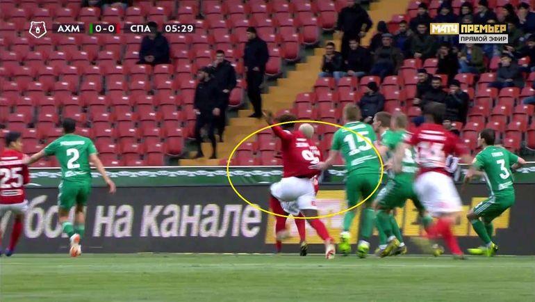 На 6-й минуте арбитр Сергей Лапочкин назначил пенальти в ворота хозяев поля после падения в их штрафной Зе Луиша.