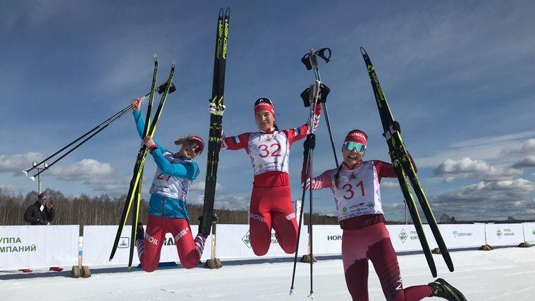 Наталья Непряева (в центре) бежала в Малиновке все гонки. Фото flgr.ru