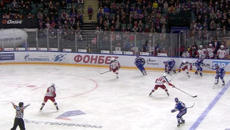 Спорный момент в матче СКА - ЦСКА, который судьи изучали 12 минут.