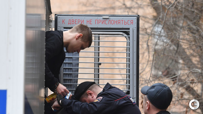 10 апреля. Москва. Александр Кокорин выходит из автозака у здания Пресненского суда.