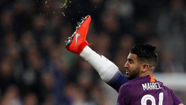 """9 апреля. Лондон. """"Тоттенхэм"""" - """"Манчестер Сити"""" - 1:0. Рияд Марез в единоборстве с игроком лондонского клуба."""