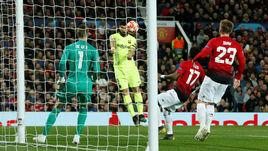 """10 апреля. Манчестер. """"Манчестер Юнайтед"""" – """"Барселона"""" – 0:1. 12-я минута. Мяч окажется в воротах после удара Луиса Суареса (№9) и рикошета от Люка Шоу (№23) - гол гостей будет засчитан только после видеопросмотра."""