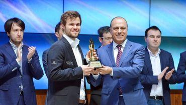 Победитель шестого Мемориал Гашимова Магнус Карлсен (слева) и Маир Мамедов.