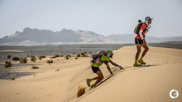 9 апреля. Красивые пейзжажи великой пустыни Сахары привлекают взгляды марафонцев на первых этапах пути. Фото AFP