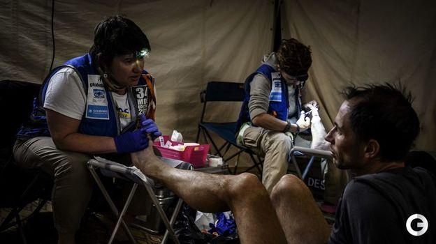 10 апреля. Медики приводят в порядок ступни марафонцев. Фото AFP