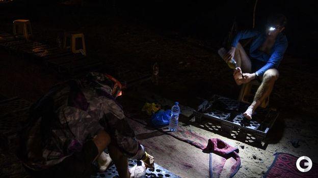 10 апреля. Марафонцы в полевых условия ночлега лечат мазоли на ногах. Фото AFP