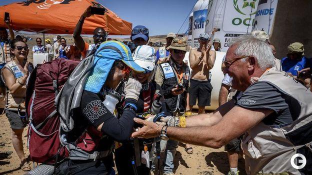 10 апреля. Марокканский марафон. Лишний глоток воды в изнуряющей жаре не помешает во время этапа. Фото AFP