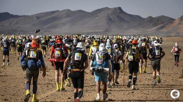 """10 апреля. Марокканский марафон. Снаряжение участники """"Песчаного марафона"""" несут с собой. Фото AFP"""