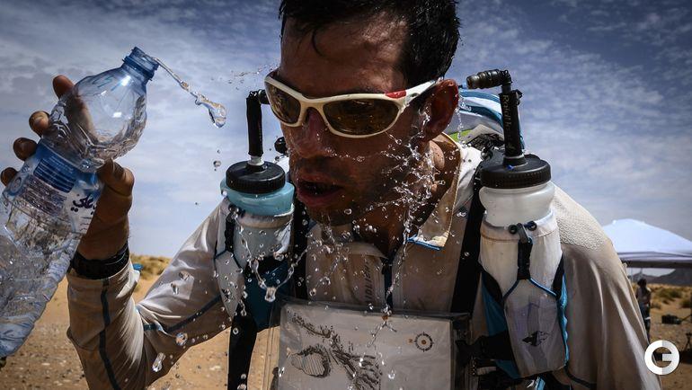 """9 апреля. Марокканский марафон. Участник """"Песчаного марафона"""" на трассе."""