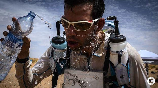 """9 апреля. Марокканский марафон. Участник """"Песчаного марафона"""" на трассе. Фото AFP"""