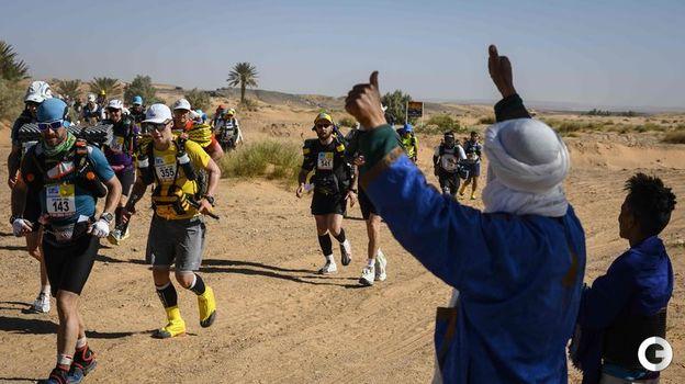 10 апреля. Участников марафона приветствуют местные жители. Фото AFP