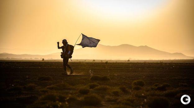 10 апреля. Сильнейший ветер в пустыне порой сбивает с ног. Фото AFP
