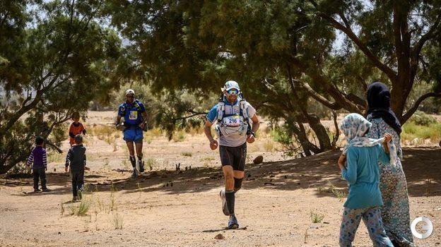 10 апреля. Марокканский марафон. Тень от деревьев в оазисе - редкое явление на пути марафонцев. Фото AFP