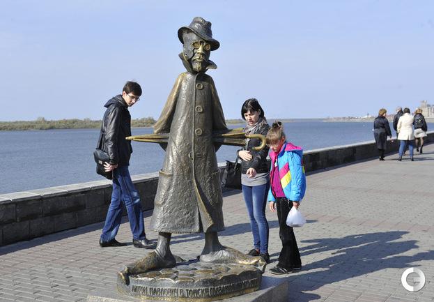Памятник Антону Чехову в Томске.