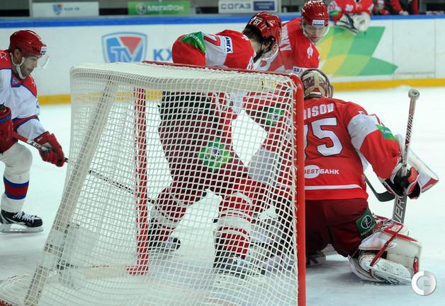 Павел Дацюк забрасывает победную шайбу.