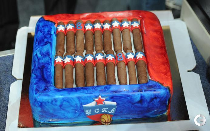 Торт от болельщиков для Шишкаускаса и Смодиша.