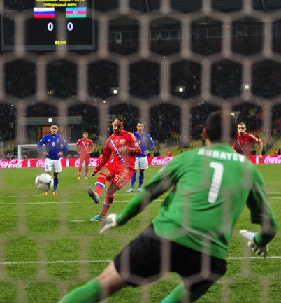 Роман Широков забивает пенальти.