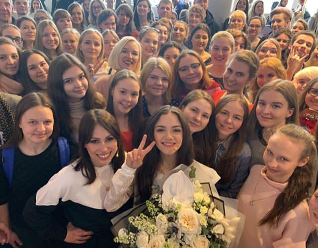 13 апреля. Москва. Евгения Медведева с болельщиками. Фото Instagram/jmedvedevaj