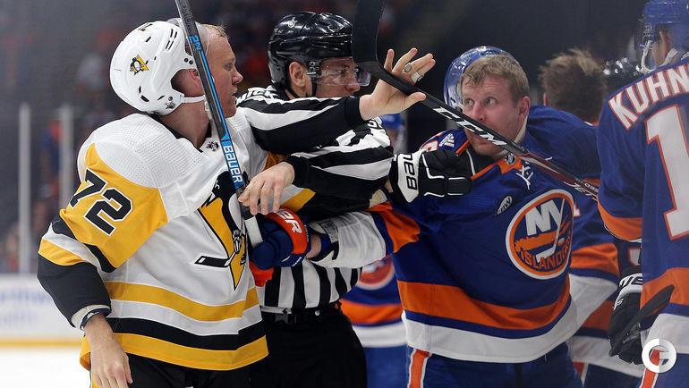 """12 апреля. Нью-Йорк. """"Нью-Йорк Айлендерс"""" - """"Питтсбург Пингвинз"""". Леонид Комаров (справа) во время разборки с Патриком Хернквистом."""