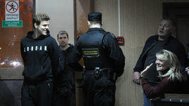 Александр и Светлана Кокорины перед предварительным слушанием в Пресненском суде 3 апреля. За 13 следующих дней прошли пять заседаний по существу.