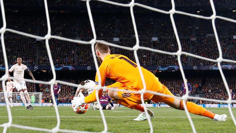 Давид Де Хеа после удара Лионеля Месси: этот мяч вратарь пропустит под собой. Фото REUTERS
