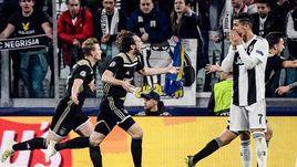 """16 апреля. Турин. """"Ювентус"""" – """"Аякс"""" – 1:2. 67-я минута. Реакция Криштиану Роналду (справа) на второй гол амстердамцев."""