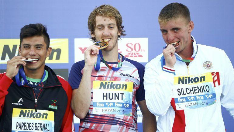 Чемпион мира-2015 Гэри Хант (в центре), серебряный призер Хонатан Паредес (слева) и обладатель бронзовой медали Артем Сильченко. Фото AFP