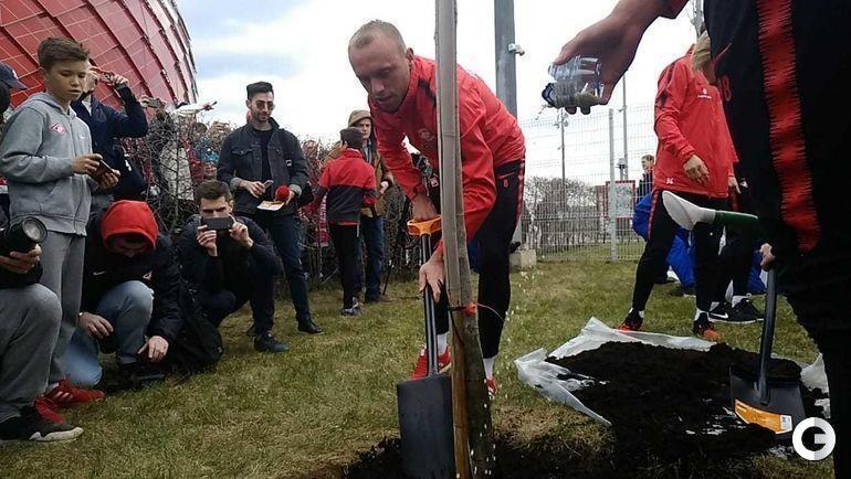 20 апреля. Москва. Денис Глушаков сажает дерево.