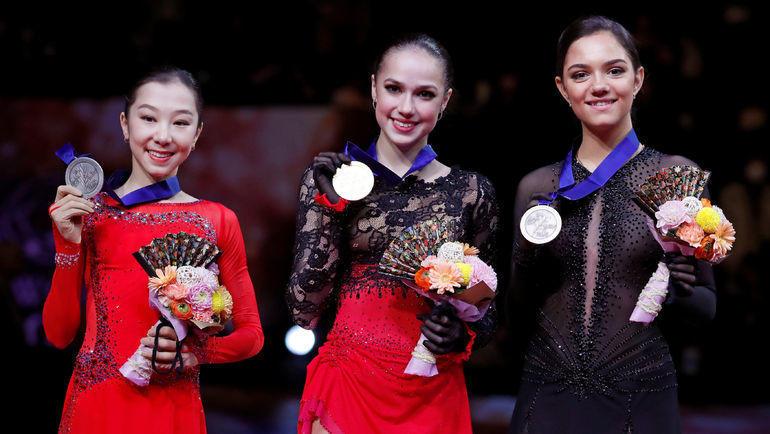 Алина Загитова (в центре), Евгения Медведева (справа) и Элизабет Турсынбаева на церемонии награждения медалями чемпионата мира в Сайтаме. Фото REUTERS