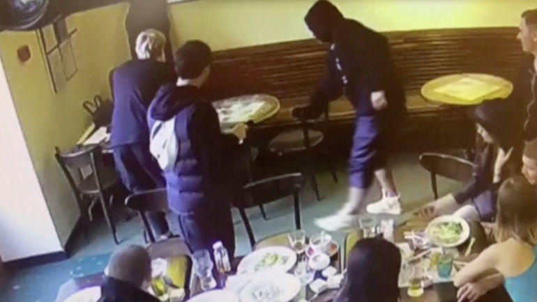 """Запись камеры наблюдения в """"Кофемании"""" утром 8 октября 2018 года: Александр Кокорин берет стул у столика Дениса Пака. Фото REUTERS"""