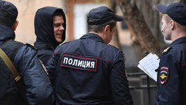 23 апреля. Москва. Александра Кокорина ведут из автозака на очередное заседание в Пресненском суде.