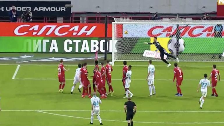 """Мяч влетает в ворота """"Локомотива"""" после удара Ракицкого."""