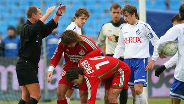 В октября 2006 года Игорь Захаров (слева) судил три матча за восемь дней. Фото Алексей Иванов