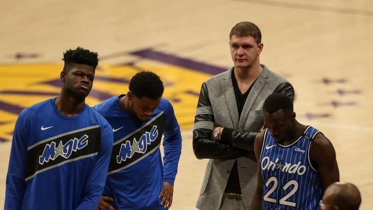 Тимофей Мозгов (второй справа). Фото НБА
