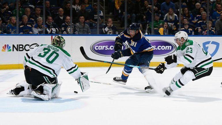 "26 апреля. ""Сент-Луис"" - ""Даллас"" - 3:2. Владимир Тарасенко (в центре) бросает по воротам Бена Бишопа. Фото НХЛ"